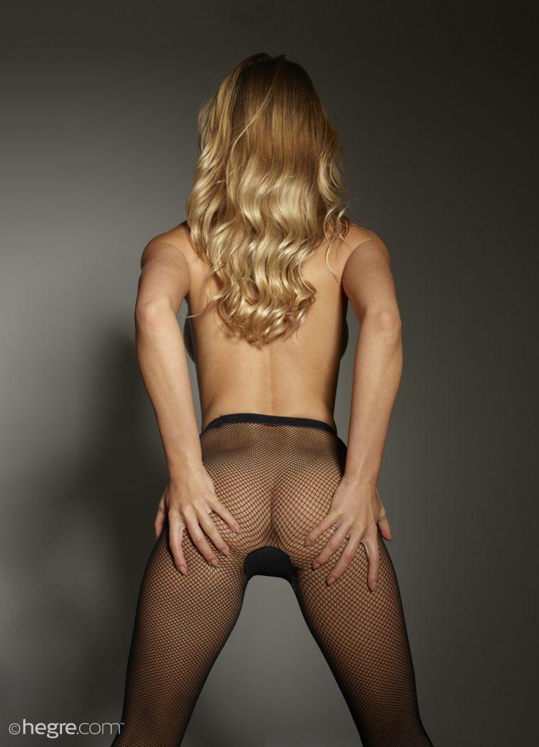 Blondi wypięła nagą dupcię