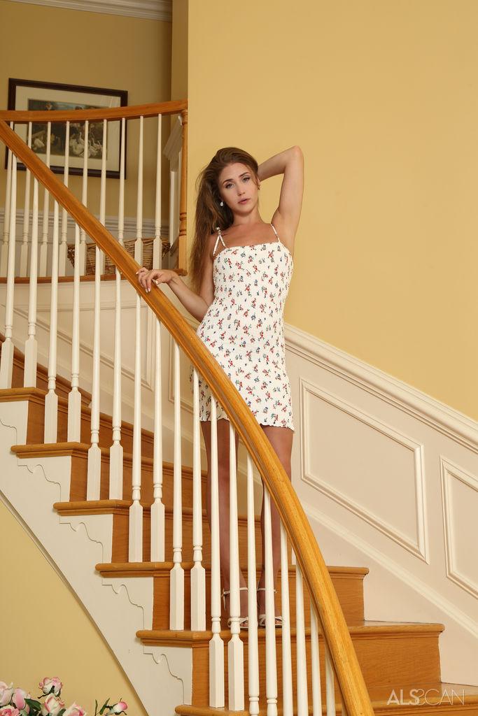 Masuje cipkę na schodach