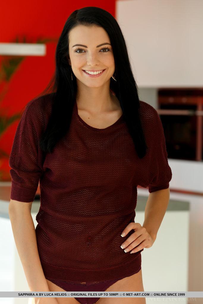 Uśmiechnięta naga brunetka
