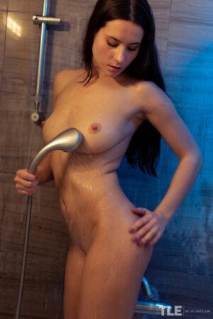 Zabawa cipką pod prysznicem