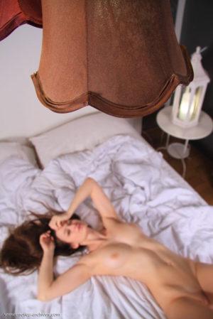 Leżąc na łóżku rozłożyła nogi